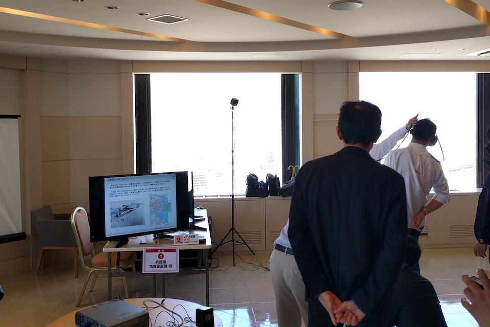 兵庫県情報企画課様のVR展示の写真。実際にVRヘッドセットを装着して試している人の様子が写っている
