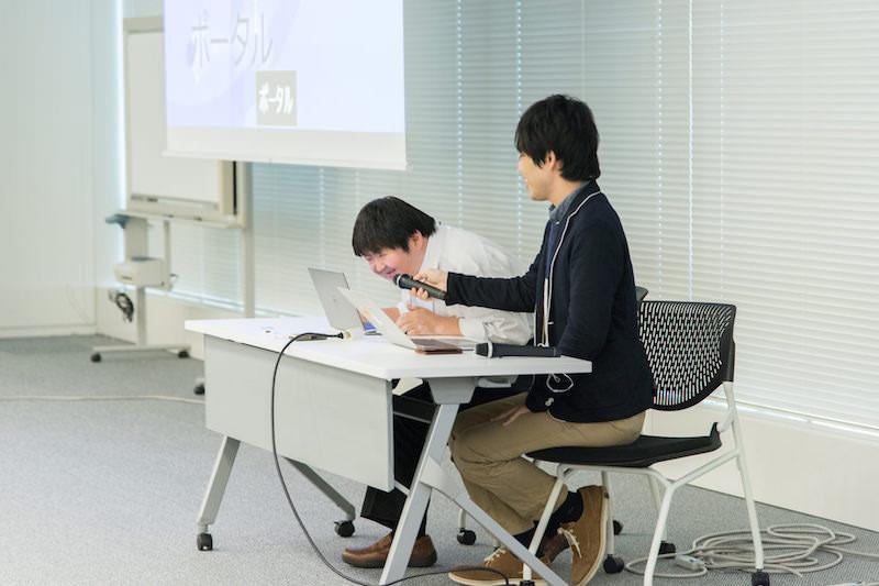 セッション中にデモ操作を行っている伊敷氏とサポートしている小林氏の写真