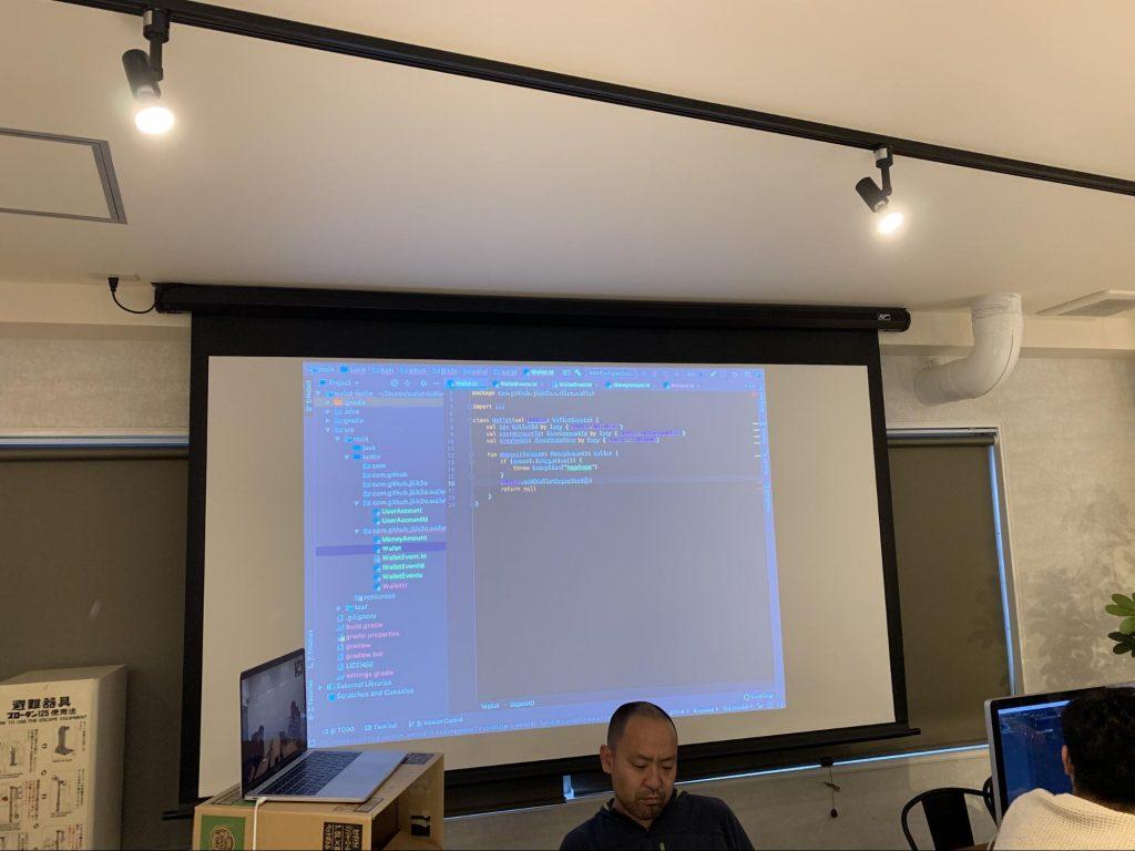 実装したコードをプロジェクターに映している様子