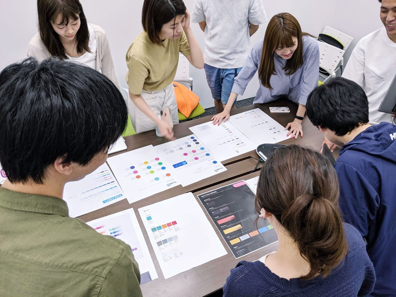デザイナーのみんなでカラーパレットについて議論している写真