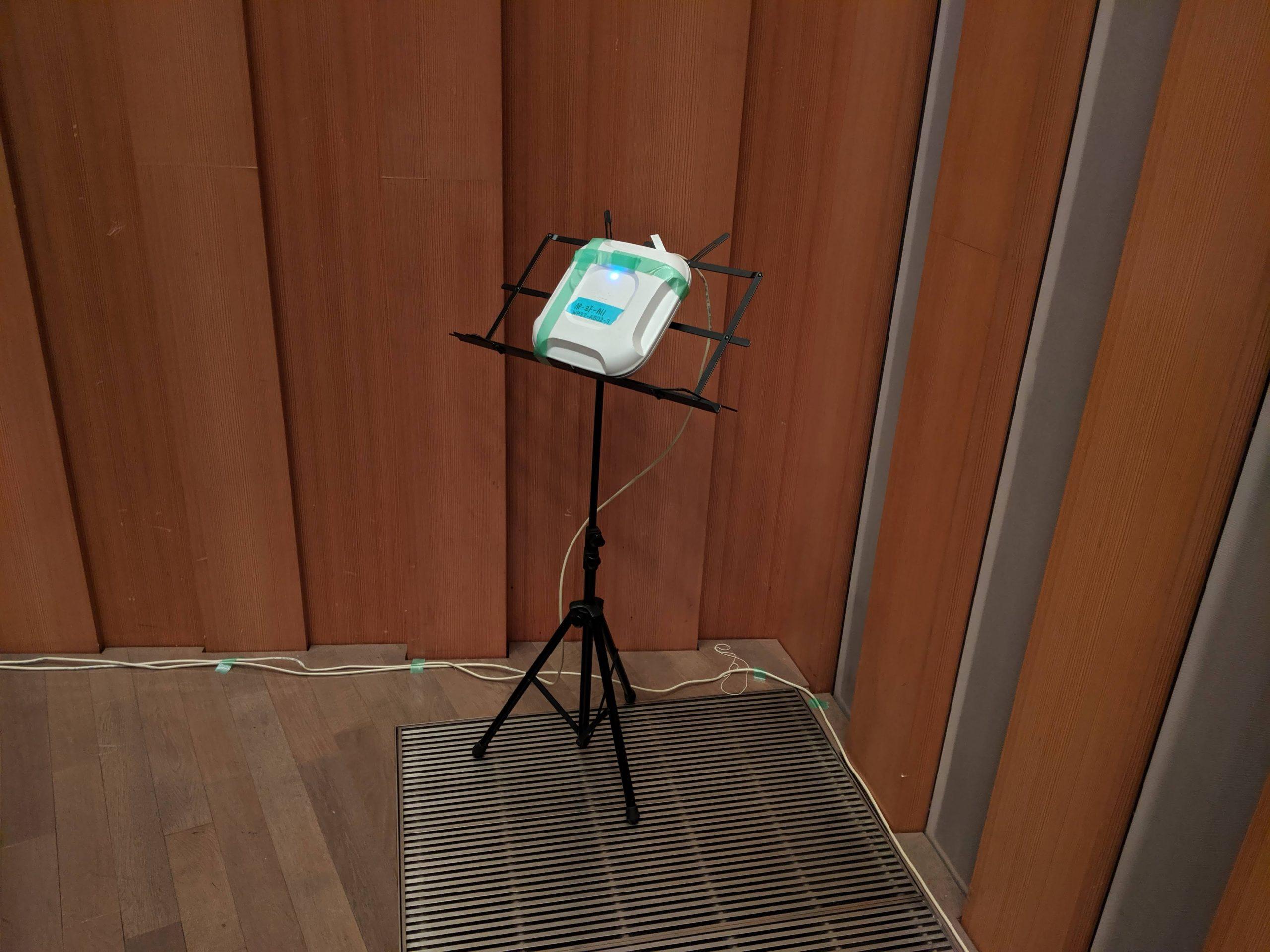 アクセスポイントを譜面台に養生テープを使って固定しています。